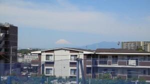天気も上々。 富士山もよく見えます。 (東戸塚駅近くの坂道から撮影)